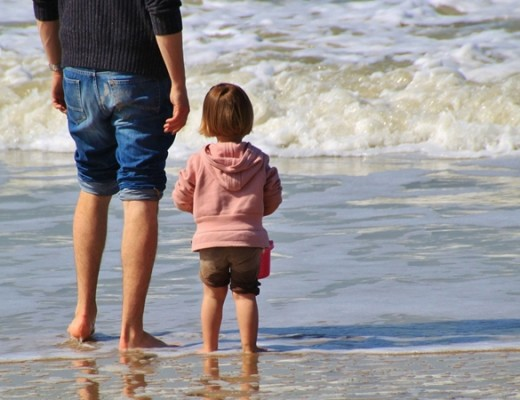 Kind am Strand in Meer