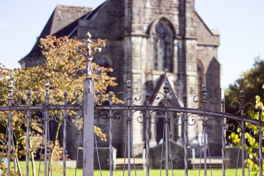 Kirche durch Zaun betrachtet