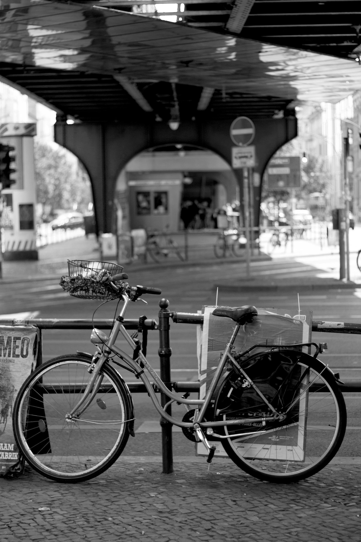 Berlin Fahrrad unter Brücke Schwarz Weiß