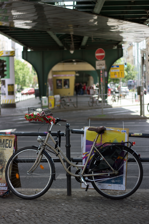 Berlin Fahrrad unter Brücke
